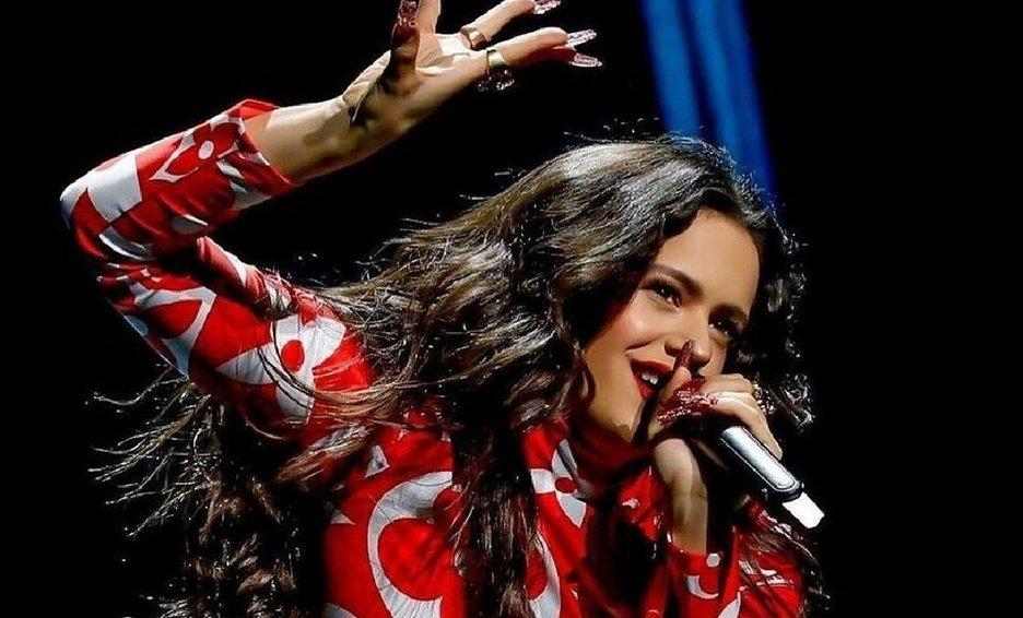 Rojo pasión, falda abierta y pechos al aire: el look de Rosalía en los Premios Billboard de Música Latina